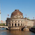 Берлин. Фото: https://en.wikipedia.org/wiki/File:Berlin_Museumsinsel_Fernsehturm.jpg
