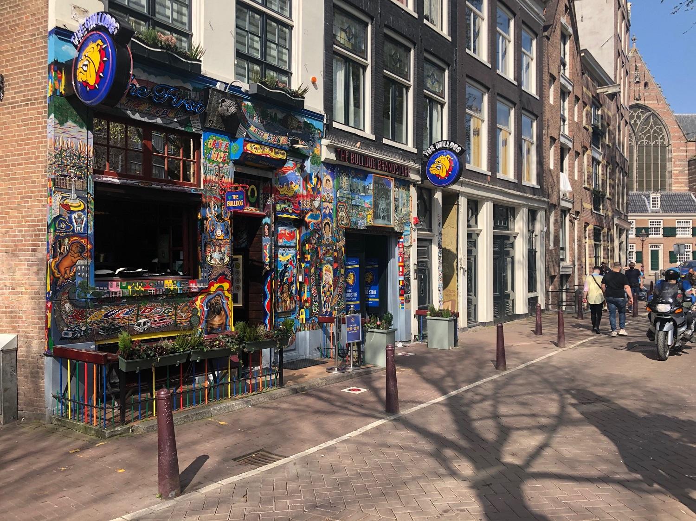 Кофешоп The Bulldog в квартале красных фонарей Амстердама